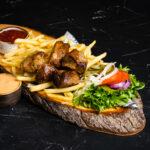 Šašlõkk friikartulitega